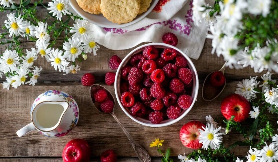 Framboesas - Altamente nutritivas e com um sabor forte, as framboesas são ricas em vitamina C, manganês e fibras. Uma taça de framboesas tem cerca de 8% de fibra, ou 6,5% por 100 gramas.