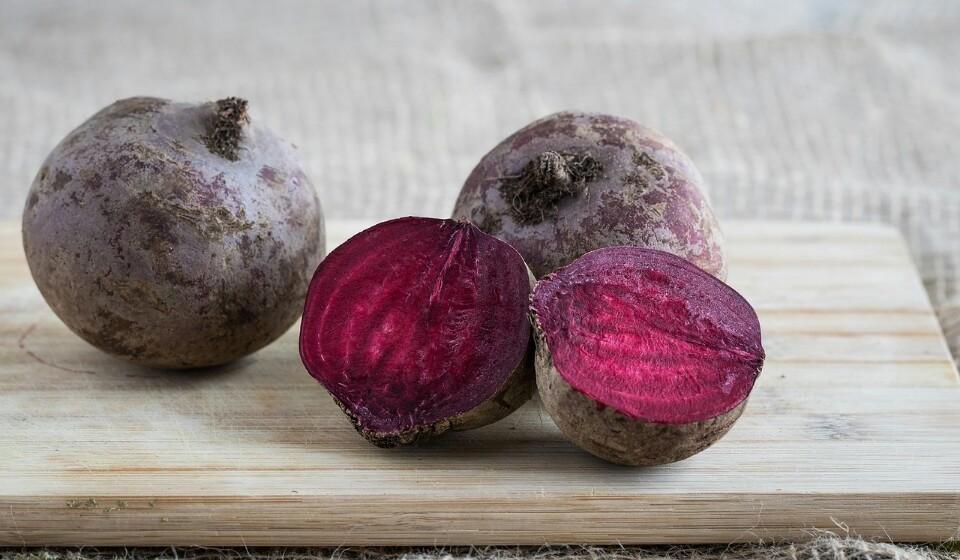 Beterraba - Esta é rica em ácido fólico, ferro, cobre, manganês e potássio. No que toca às fibras, uma beterraba tem cerca de 2,8% da dose recomendada.