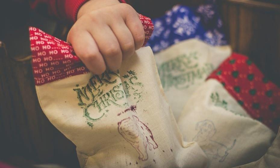 Lance um desafio aos mais novos. Cada um tem de fazer a sua própria meia de Natal. Além de passarem uma tarde divertida em família nesta atividade, aproveita para desenvolver a criatividade das crianças.
