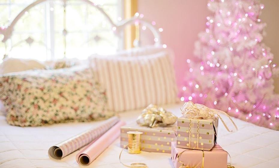 Decoração sazonal: Durante as festividades do Natal ou outro evento, coloque no quarto alguns elementos decorativos alusivos à data, como velas ou almofadas. Durante aquela época, vai sentir-se invadida pelo espírito natalício desde o momento em que acorda.