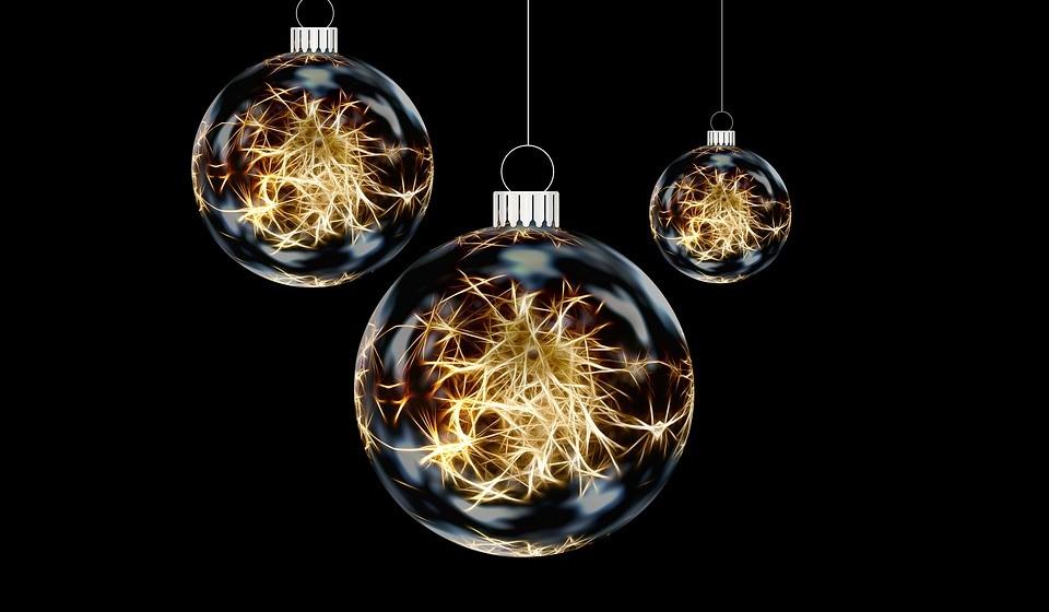 Procure bolas especiais. Pode criar a tradição familiar de, cada ano, comprarem juntos uma única bola, que vão adicionando à vossa árvore.
