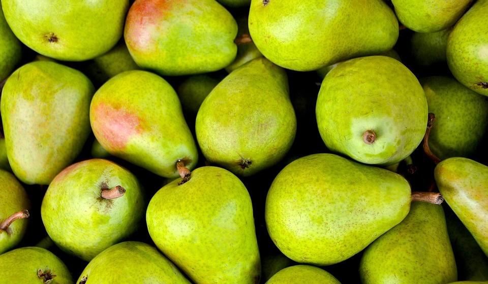 Peras - Esta fruta, para além de bastante popular e saborosa, é rica em nutrientes e fibras. Uma pera tem cerca de 3,1%, por 100 gramas, de fibras.