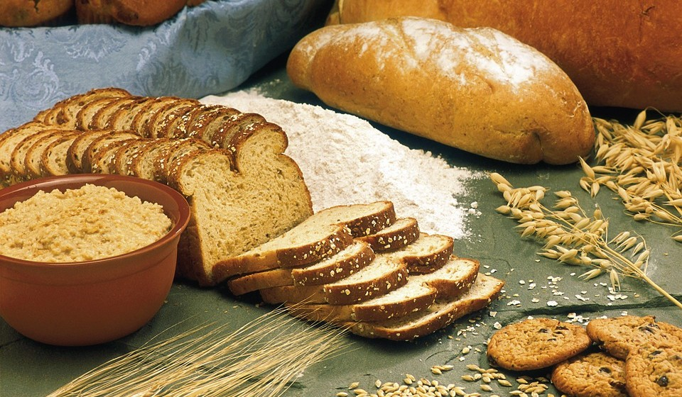 Cereais integrais – Os alimentos mais ricos em fibras solúveis são a aveia e a cevada. Os alimentos mais ricos em fibras insolúveis são os cereais integrais e farelo de trigo.