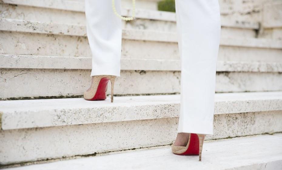 Diga não aos saltos altos! Há milhões de ocasiões onde pode usar high heels, mas esta não é uma delas. Para sobreviver a uma intensa jornada de compras, é essencial encará-la com espírito prático e escolher calçado cómodo. E para evitar problemas nunca é demais levar uma caixa de pensos rápidos na mala.