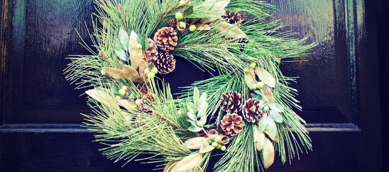 Experimente fazer a própria coroa de Natal, com flores da estação, por exemplo, que pode secar com laca.