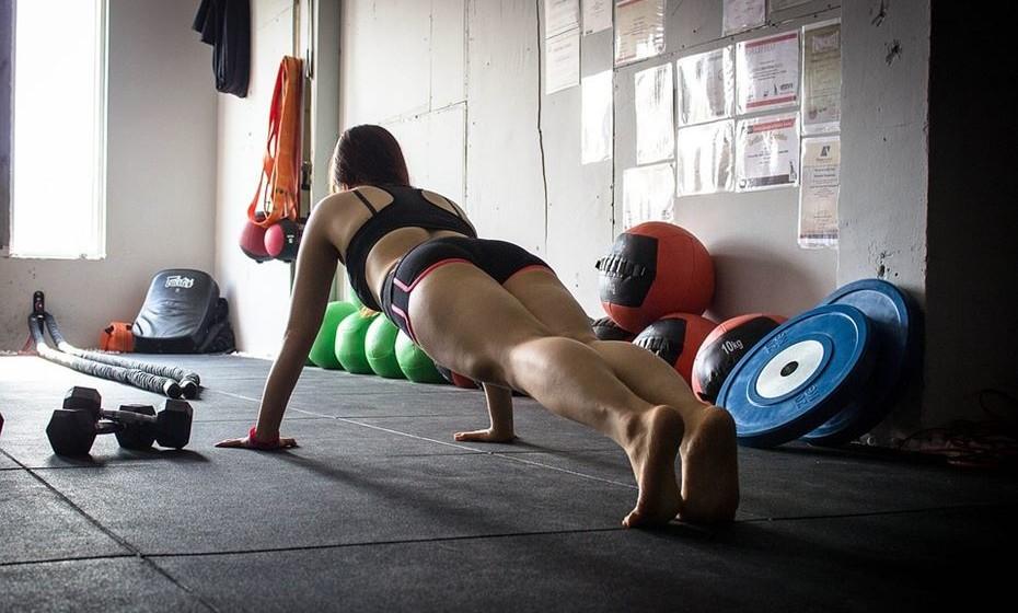 Primeiro dia: 1 prancha de 30 segundos - Coloque os antebraços no chão com os cotovelos sob os ombros. Plante os dedos dos pés no chão e levante os joelhos do chão. Mantenha uma linha reta da sua cabeça até aos calcanhares. Enquanto segura, aperte o seu núcleo central.