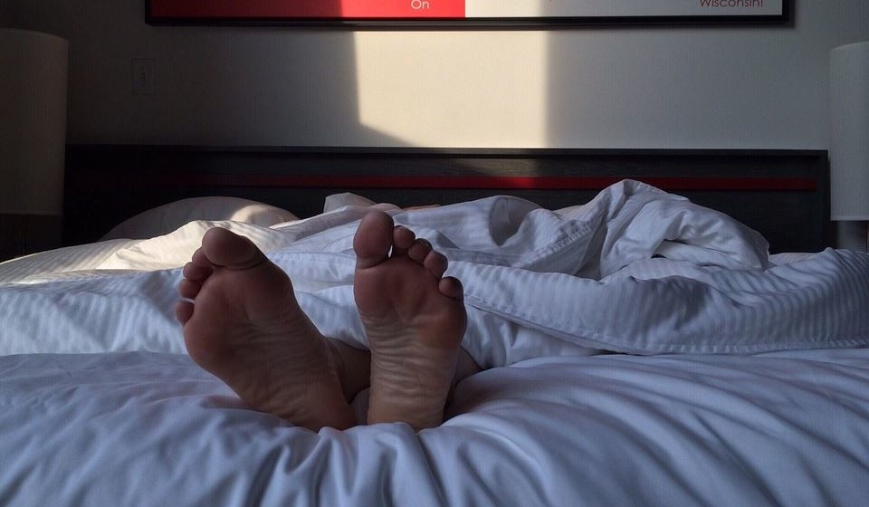 """Descanso adequado e peso dividido durante a noite: O repouso é uma das medidas mais importantes nestes casos. O ideal será cumprir as oito horas de sono e numa cama adequada ao seu tipo de corpo, com uma posição em decúbito lateral (de lado) para que a coluna não esteja em sobrecarga, podendo utilizar o apoio de uma almofada entre os joelhos para dividir o peso, um bom apoio na cabeça e ainda podendo """"abraçar"""" uma almofada para conceder estabilidade dorsal. E espreguice-se, de manhã e à noite."""
