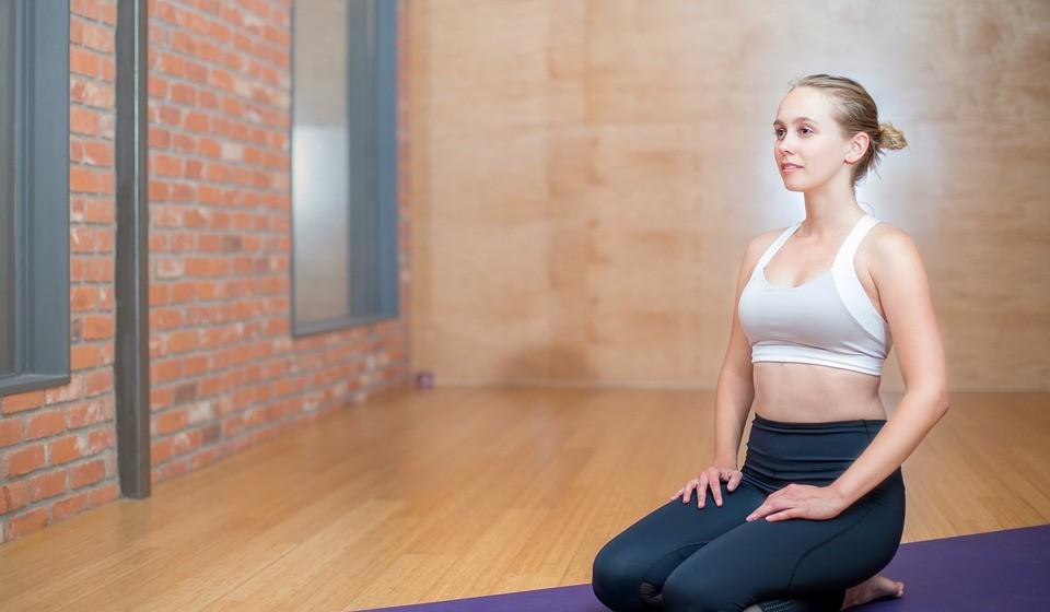 Exercício físico: É muito importante que, apesar do frio, se mantenham os bons hábitos de prática desportiva e a procura de técnicas ou exercícios de alinhamento postural de forma a prevenir alterações na musculatura da coluna. Praticar Pilates, pode ser uma excelente opção para esta altura do ano, assim como algumas técnicas de reeducação postural. Pratique atividade física de baixo impacto nas articulações e, em caso de dúvida, aconselhe-se junto de um especialista sobre qual a melhor modalidade no seu quadro clínico. A chave passa por manter-se ativo. Caminhadas, alongamentos, exercícios de baixo impacto podem ser, seguramente, bons aliados para prevenir o aumento das dores.