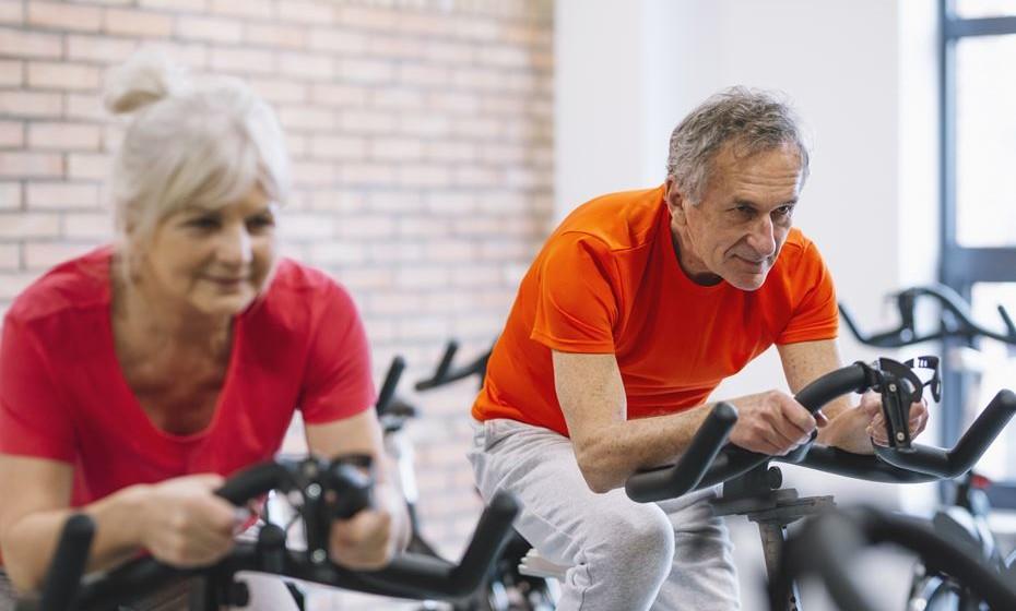 O exercício faz bem à saúde, é um facto. No entanto, para muitas pessoas, ouvir dizer que a sua prática é saudável para o coração não é motivação suficiente para sair do sofá e exercitar os músculos. Conheça sete vantagens da prática do exercício que certamente lhe darão motivação extra para começar já hoje.