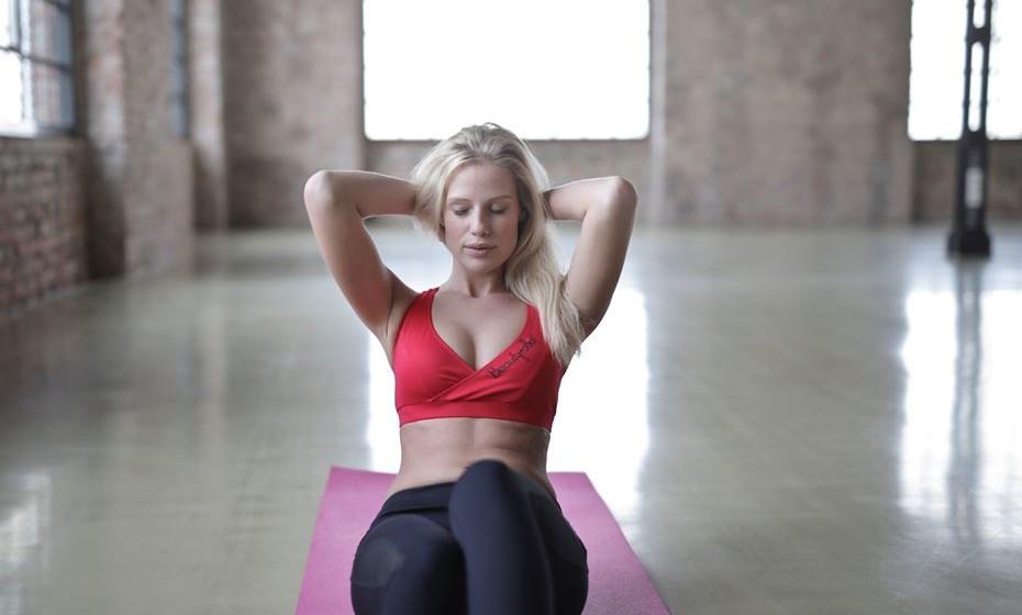 Terceiro dia: 3 abdominais - Deite de costas com os joelhos flexionados. Coloque as mãos atrás das orelhas e mantenha os cotovelos para trás. Ao expirar, enrole o corpo em direção aos joelhos. Lentamente volte para a posição inicial.