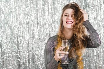 A passagem do ano é a altura ideal para experimentar aquele penteado mais arrojado que tanto deseja. Ficam aqui algumas sugestões de penteados para usar na última noite do ano… e quem sabe ao longo de 2021.