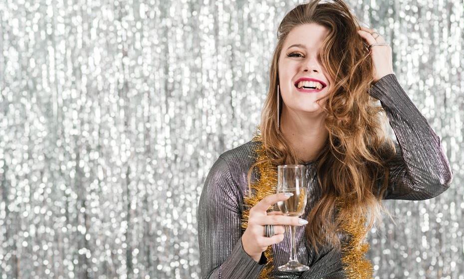 A passagem do ano é a altura ideal para experimentar aquele penteado mais arrojado que tanto deseja. Ficam aqui algumas sugestões de penteados para usar na última noite do ano… e quem sabe ao longo de 2019.