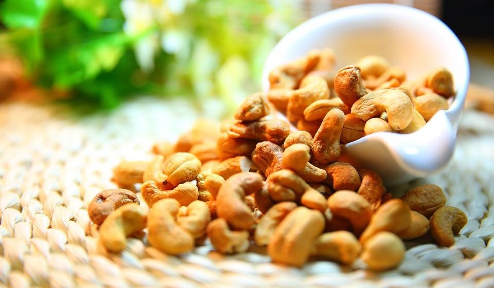 Frutos secos como cajus, amêndoas e castanhas do Brasil são ricos em magnésio. Uma única porção de caju fornece 20% da DDR.