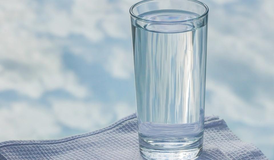 Beba muita água: A par de um apoio no processo metabólico, a ingestão de água também tem um papel importante na circulação sanguínea, rins e na proteção de músculos e articulações.