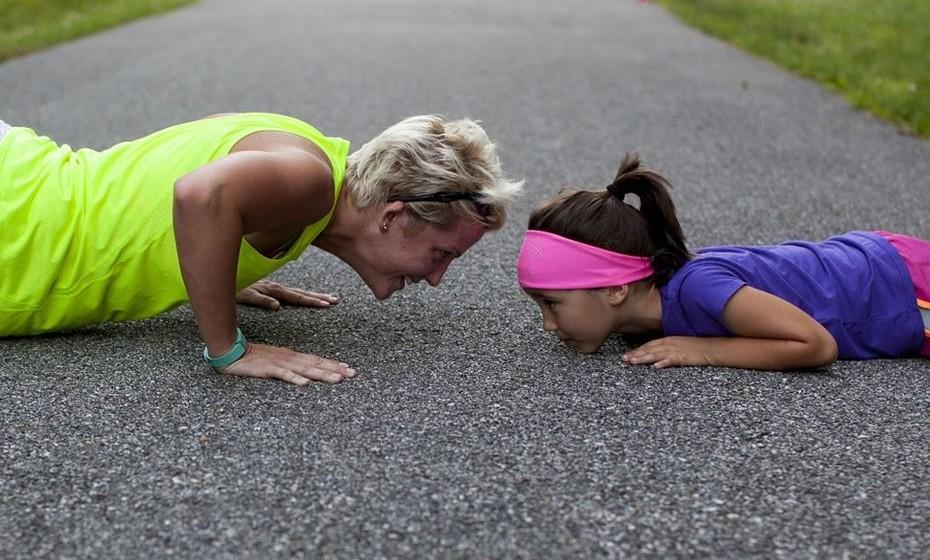 Sétimo dia: 7 flexões - Coloque as mãos ligeiramente mais largas do que a largura dos ombros no chão. Coloque os pés para trás e mantenha uma linha reta da cabeça até aos calcanhares. Dobre os cotovelos até que estejam num ângulo de 90 graus e, em seguida, empurre-se para trás para começar. Pode modificar, fazendo um push up com os joelhos no chão.