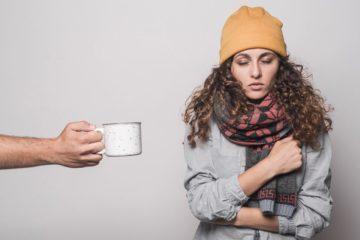 Quando se está com gripe, é normal a recomendação de determinados alimentos para que se sinta melhor. O que não é comum é alertar para os alimentos a evitar. Mas, curiosamente, alguns alimentos podem piorar os sintomas da gripe sem que se aperceba. Conheça-os e evite-os em situações de gripe.
