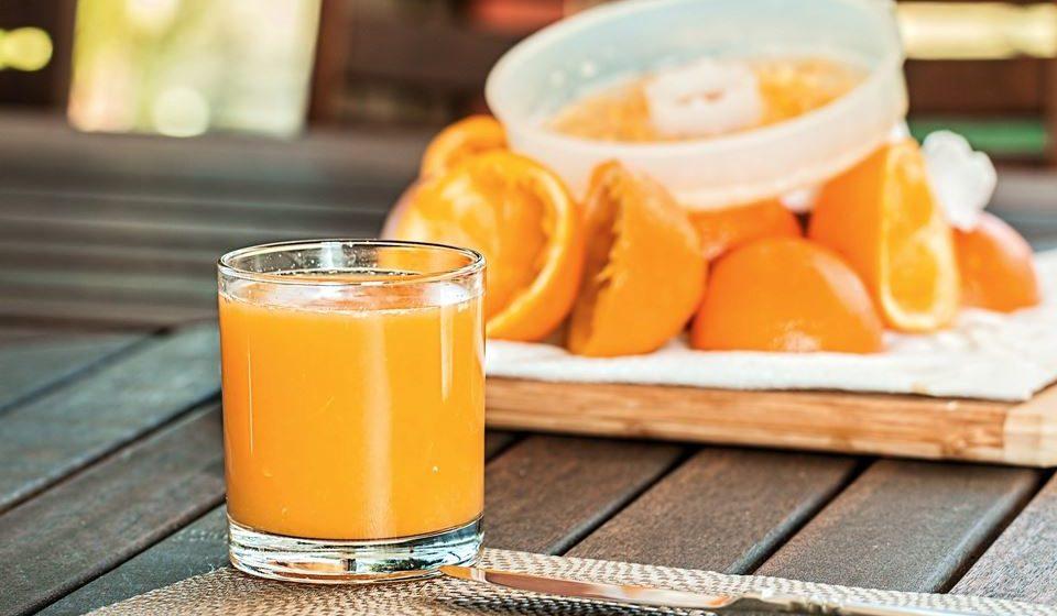Alimentos ou bebidas açucaradas - Pode pensar que sumos de fruta ricos em vitamina C são a melhor coisa para beber quando está doente, mas a maioria dessas opções não é nutricionalmente densa e pode inflamar o seu sistema imunológico.