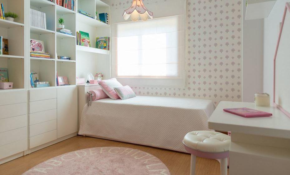 Cortina romana ideal e prática para quartos de crianças. De fácil remoção e lavagem.  Fonte: angelapinheiro.pt