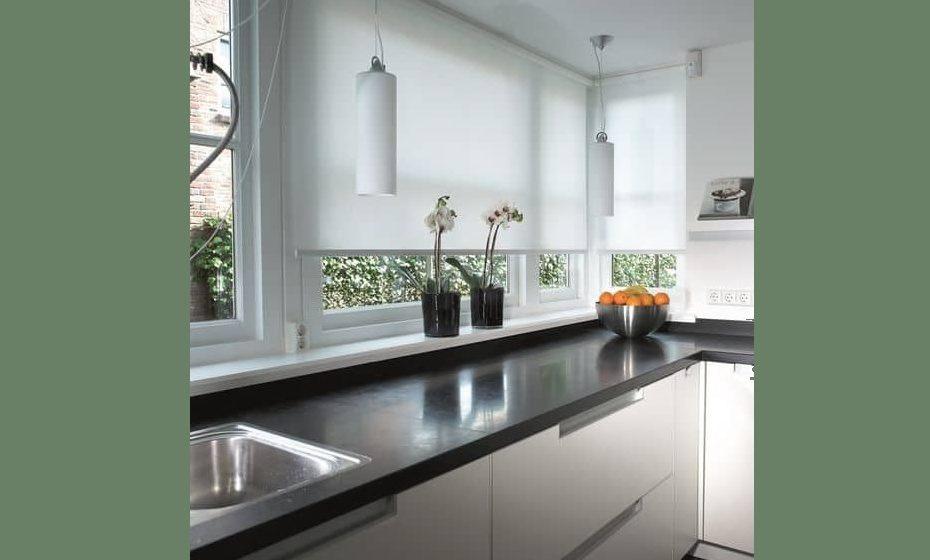 O painel de rolo é a cortina mais adequada a cozinhas e é prática pela sua fácil limpeza.  Fonte: sendika58.org/
