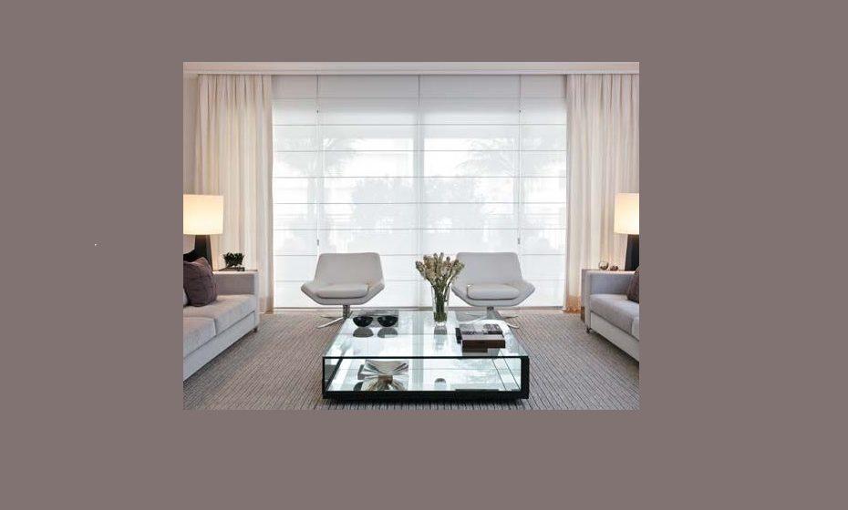 Combinação de dois modelos de cortina, conferindo um ar contemporâneo à sala. Também aplicável a um ambiente de negócios. Fonte: juliartypersianas.com.br