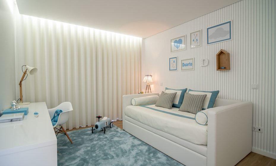 Cortina de ondas aplicada desde o teto em quarto de criança. Se deseja que o quarto seja intemporal ao longo dos anos, opte por cortinas de tom claro e simples.  Fonte: angelapinheiro.pt