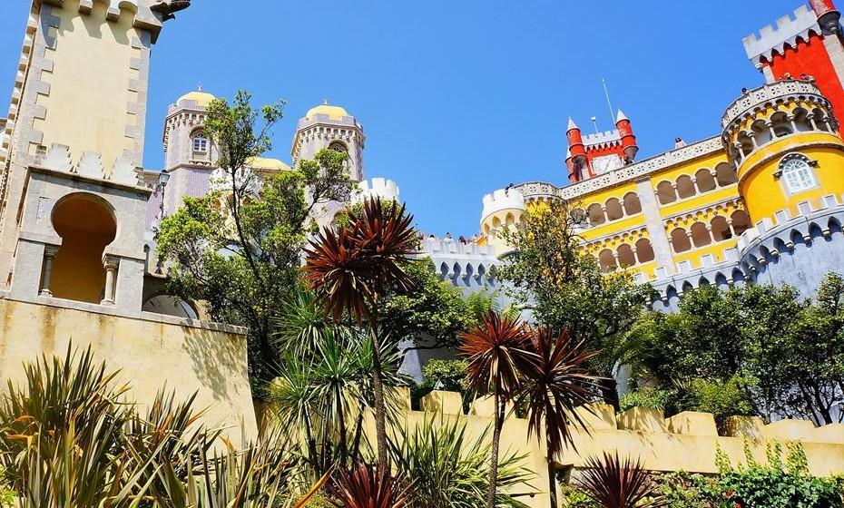 A vila de Sintra não deixa ninguém indiferente. Fora da arquitetura tradicional portuguesa, entramos numa vila encantada envolta numa imensa natureza verdejante. Venha connosco dar um passeio por este ambiente mágico e conheça alguns lugares imperdíveis para visitar.