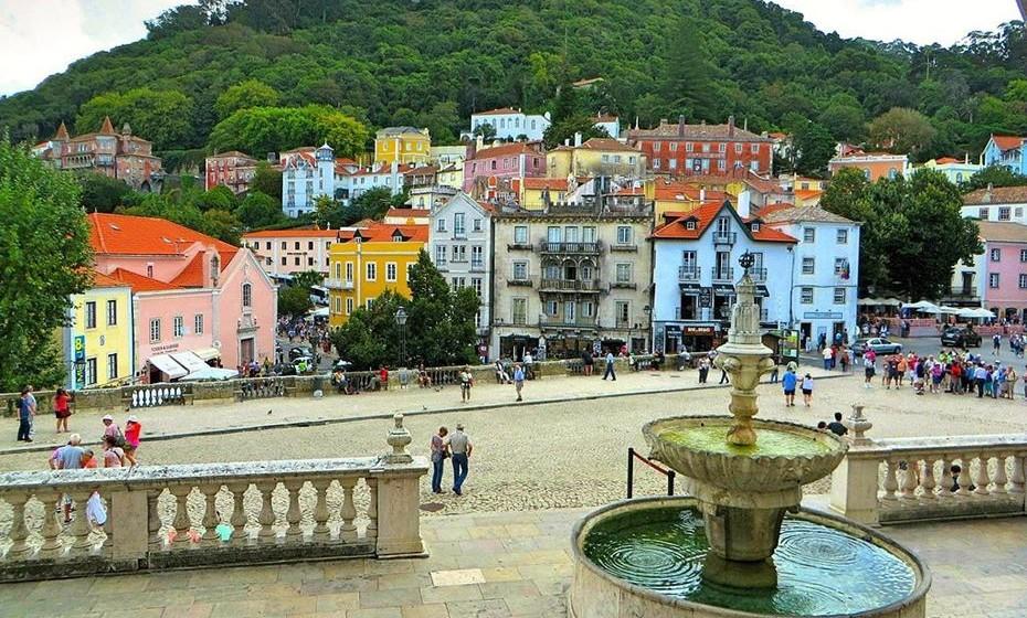 Uma visita a Sintra tem, pois, de contemplar um percurso pelas ruelas da vila, onde pode descobrir recantos encantadores e edificações de época, assim como uma visita aos diversos palácios e jardins idílicos erigidos nas imediações.