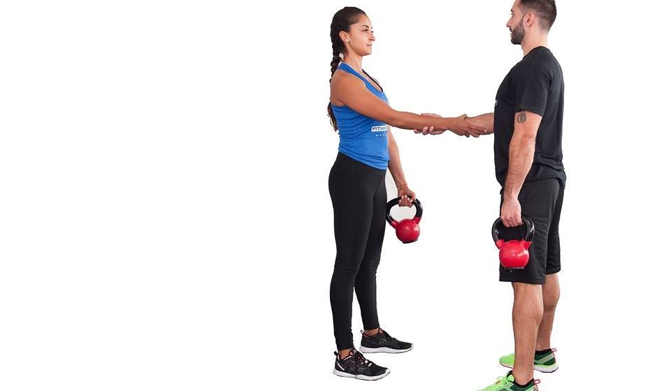 1) 20 agachamento com snatch unilateral - Com os pés afastados à largura da bacia e ligeiramente apontados para fora, com as costas encostadas no seu companheiro e de mãos dadas, fletir os joelhos e voltar a subir, concentrando-se para manter o equilíbrio entre os dois.