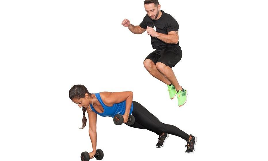 3) 20 remadas com extensão de tríceps em prancha + salto lateral
