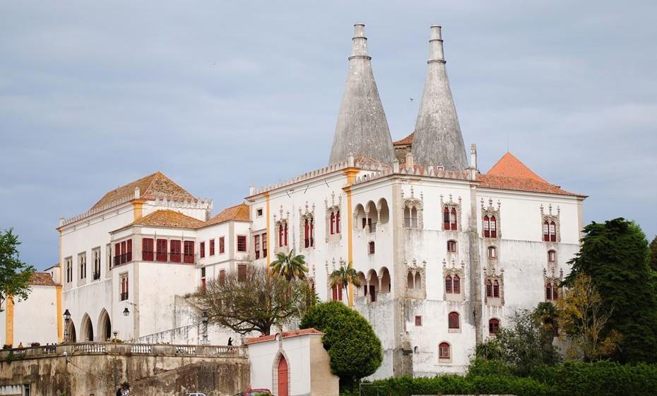 Palácio Nacional de Sintra - O também chamado palácio da Vila acolhe todos os que chegam ao centro de Sintra. Com as suas duas grandes chaminés brancas e múltiplas janelas vermelhas, é um monumento único e incontornável pelo seu valor histórico, arquitetónico e artístico.  De todos os palácios que os monarcas portugueses mandaram erigir ao longo da Idade Média, apenas o de Sintra chegou até aos nossos dias praticamente intacto, mantendo a essência da sua configuração desde o século XVI.
