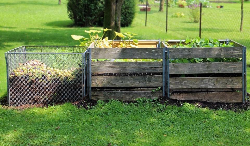 Faça compostagem - Apesar de todo o esforço que possamos fazer em nossas casas, é claro que se gera sempre algum desperdício. Afinal, nem tudo pode ser consumido ou reutilizado na cozinha. Contudo, há sempre a possibilidade de montar um recipiente de compostagem doméstico. Isto permite valorizar os resíduos orgânicos domésticos, tendo como benefício a produção de adubo natural. Este ato contribui bastante para a redução da pegada ecológica.