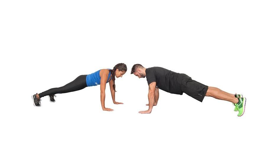 7) 1 minuto em prancha com toque de mãos - Inicie o exercício na posição de prancha sobre as mãos, frente a frente. De maneira alternada, toque as mãos de forma cruzada com o seu companheiro.
