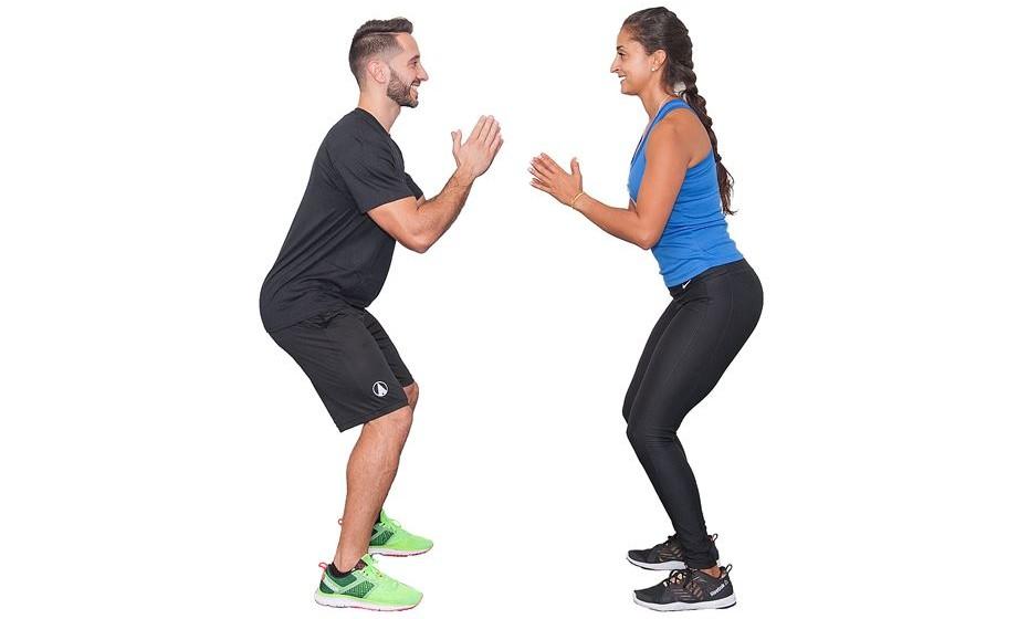 8) 20 saltos com rotação 180º - Frente a frente com o seu companheiro, dê um salto na vertical, seguido de uma rotação no ar do corpo todo, de forma a ficar de costas para ele.