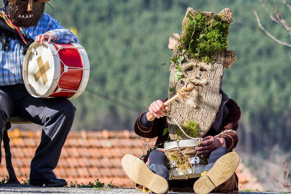 Um Entrudo diferente: máscaras de cortiça animam Aldeias do Xisto