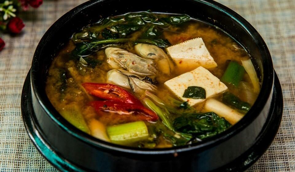 Miso - O Miso, que normalmente é consumido em sopa, é feito através da fermentação da soja, do sal e do koji, que é um tipo de fungo.
