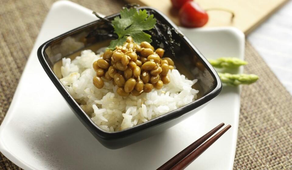 Natto - Tal como o tempeh, o natto também é feito de soja fermentada. Este pode ser comido simples, mas em algumas culturas juntam kimchi, molho de soja, cebola verde e ovos crus.