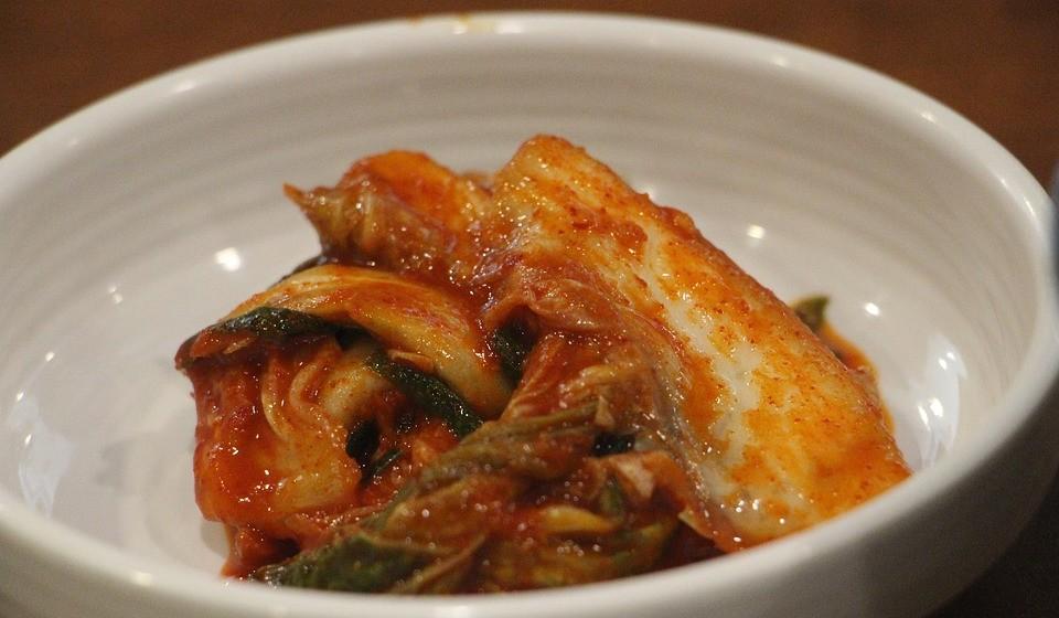 Kimchi - Este costuma ser feito de repolho fermentado, mas também pode conter outros vegetais.