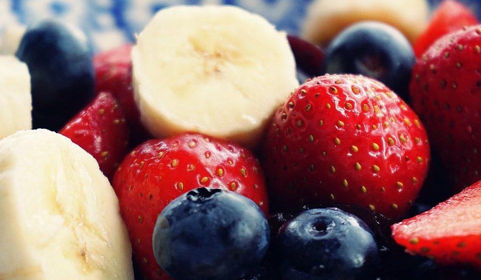 Fazer várias refeições durante o dia evitando grandes períodos de jejum, tentando respeitar, se possível, intervalos de cerca de três horas entre elas.
