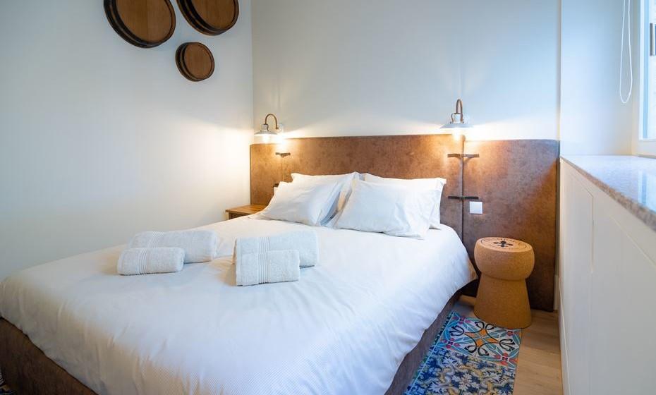 O quarto é de dimensão muito reduzida por isso optámos por colocar uma cabeceira em toda a extensão da parede, conseguindo assim conferir alguma amplitude ao quarto.