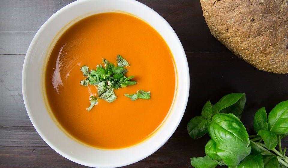 Antecipe a hora da sopa. A sopa deve fazer parte de uma refeição principal completa, no entanto esta não tem de ser consumida imediatamente antes do prato principal. Prepare sopa para vários dias e, quando chega a casa basta aquecê-la, sendo uma alternativa bem mais saudável que as bolachas ou até mesmo o pão.
