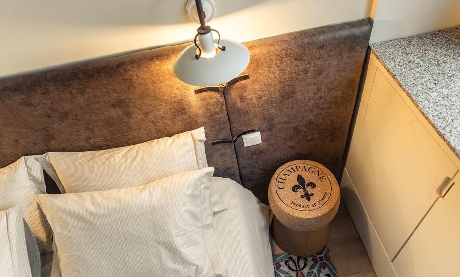 São os detalhes que elevam a decoração. A cabeceira de cama tem umas peças de couro cozidas, a remeter para os antigos baús. Também o chão foi pensado e optou-se por colocar uma carpete com padrão de azulejo — arte tão típica no Porto.