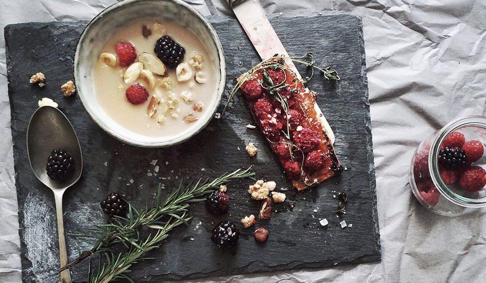 Se possível, antecipe a hora de jantar. Caso sinta necessidade pode então mais tarde fazer uma pequena ceia leve e saudável.