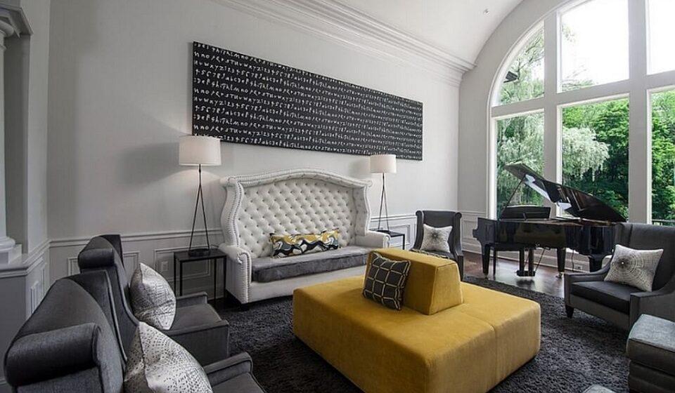 3. O branco e o cinza como base permite utilizar uma peça com uma cor de destaque - o amarelo