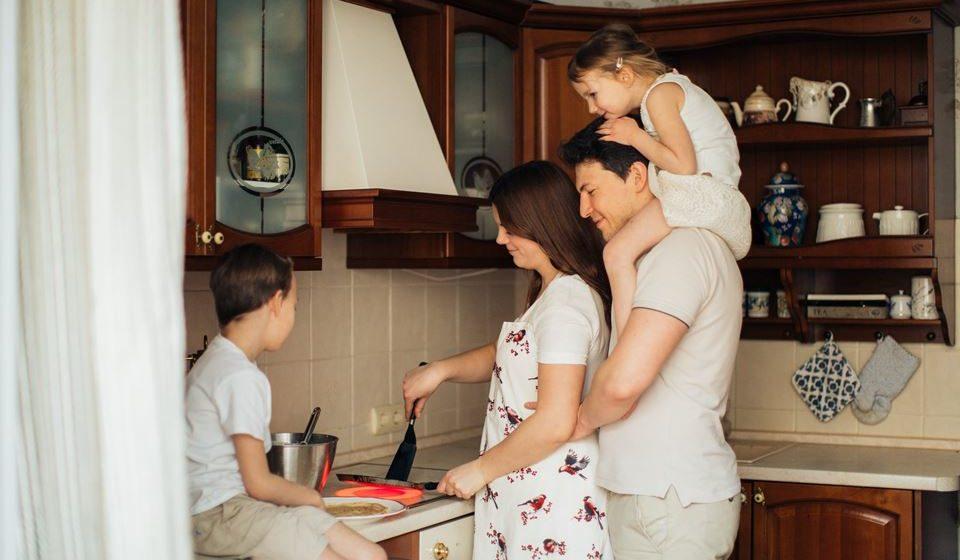 4- Dedique algum do seu tempo em casa para preparar as refeições saudáveis e envolva os seus familiares nessa tarefa.