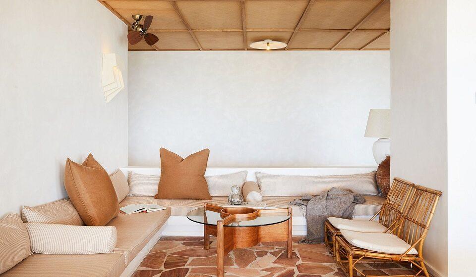 4. Um lounge mais monocromático com bege e apontamentos com tons terrosos
