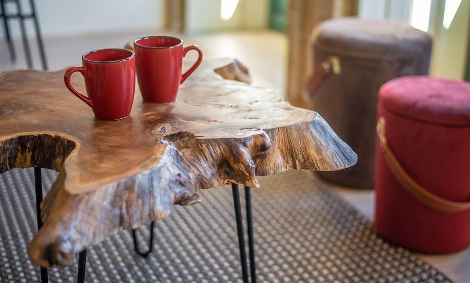 A madeira no seu estado natural, apenas com uma velatura, confere a rusticidade que é necessária para este tipo de conceito de alojamento.