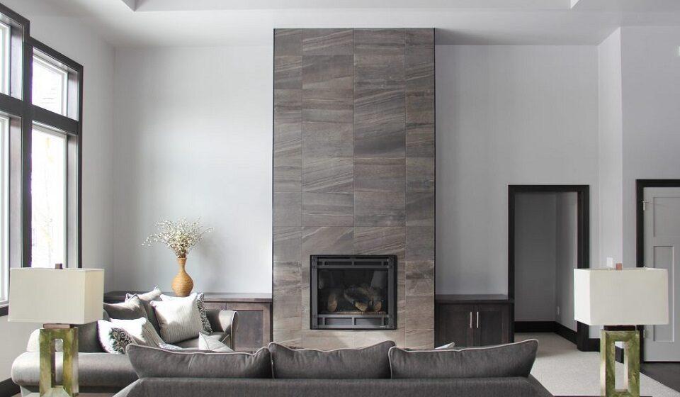 5. A lareira é o destaque neste espaço com mais cinzas e a moldura das portas é preta o que dá mais personalidade