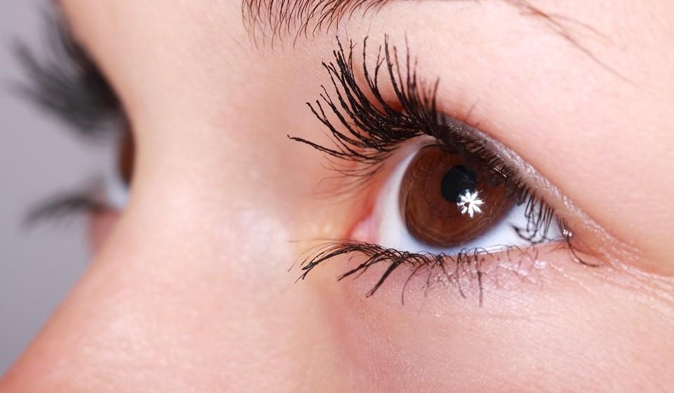 Mantenha os olhos húmidos: Mantenha as lágrimas artificiais à mão para ajudar a lubrificar os olhos quando estiverem secos. Considere usar um humidificador de desktop. Os edifícios de escritórios têm ambientes controlados que sugam a humidade do ar. No inverno, os aquecedores podem secar ainda mais os olhos.