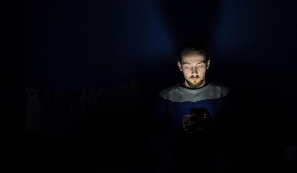 Pare de usar dispositivos antes de dormir: Há evidências de que a luz azul pode afetar o ritmo circadiano do corpo, o nosso ciclo natural de vigília e sono. Durante o dia, a luz azul acorda-nos e estimula-nos. Assim, muita exposição à luz azul no seu telefone ou noutros dispositivos pode dificultar a hora de dormir. Limite o tempo até uma a duas horas antes de dormir. Use as configurações noturnas em dispositivos e computadores que minimizem a exposição à luz azul.