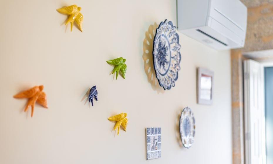 Os artigos típicos não foram esquecidos e optou-se por decorar as paredes com pratos, andorinhas e azulejos pintados à mão.